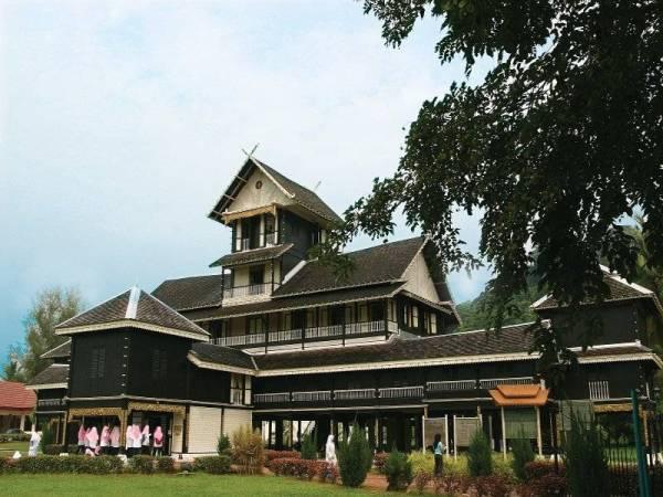 Istana Seri Menanti di Kuala Pilah ini dibina pada 1902 dan mempunyai ciri-seni bina Minangkabau. Warna hitam bangunan ini menjadikan ia kelihatan tersergam indah dari jauh.