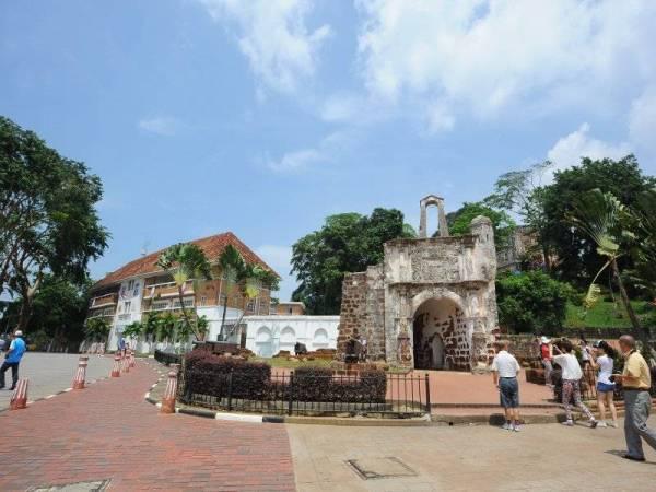 Kota A Famosa dibina pada tahun 1511 dan mercu tanda paling popular di Melaka. Ia didirikan oleh penjajah Portugis sebagai kubu pertahanan mereka di Melaka.